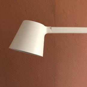 Smuk hvid arkitektlampe - helt ny, kun tager ud af kassen for at tage billeder. Den er 40 cm høj
