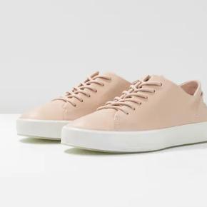 Flotte næsten nye Ecco sneakers i rosa. Oprindelig købspris: 1.100 kr. Kun brugt 3-4 gange, da de desværre er købt for små. Kan sendes med Dao for 40 kr. eller afhentes i Århus C.