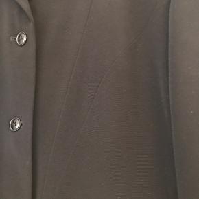 Ufattelig smuk jakke. Ikke brugt ret meget kun til særlige begivenheder. Lommerne er aldrig sprættet op, så den står som rigtig flot.  Fra ikke rygerhjem.