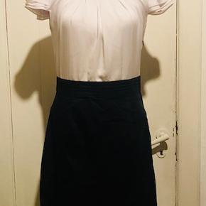 Brand: Ekol Varetype: Smuk klassisk kjole Farve: hvid og sort Oprindelig købspris: 800 kr.  super smuk kjole i et lækkert snit. Der er stræk i det sorte stof.
