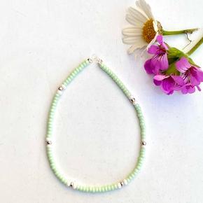 ✨ Hjemmelavet perlearmbånd i en fin mintgrøn farve ✨   Pris er eksl fragt 🌸
