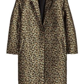 Lækker jaquardvævet jakke fra H&M, der er  fuldstændig udsolgt - Perfekt som forårsjakke og brugt få gange! Oversize i str :) Nypris var 500