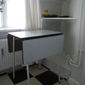 Retro campingbord fra 50'erne. Rigtig fint og velholdt bord med 2 plader og god bordhøjde. Perfekt til køkken eller stue med lille plads. Bordhøjde 74,5 cm. Bredden af bordpladen er 60 cm og dybden er 40 cm uden plader. Hver af de 2 plader måler 25 cm, når de begge er foldet ud måler bordet 91 cm. Er meget stabilt, og der kan stå forholdsvis tunge ting på pladerne :)