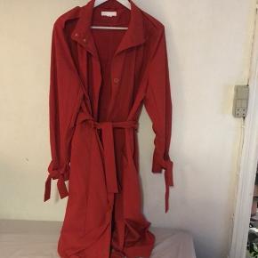 Orange rød trenchcoat fra H&M  Brugt x 1  Med bindebånd på ærmer