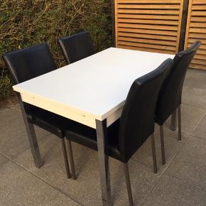 Sevilla spisebord med udtræksplader hvid melamin med krom ben L: 120 B: 80 cm H: 75 cm Hver tillægsplade måler 50 cm L: 220 cm B: 80 cm H: 75 cm ( udslået ) Nypris 4763 kr ( købt d.9/1-13 )  Saturn spisestole i sort læder ( købt i Vamdrup møbelhus d.1/2-13 nypris 5600 kr ) Samlet værdi 10363 kr  Bord og stole sælges til 4000 kr som er fast pris😀