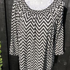 Smart Bluse Størrelse: 42/44  Oprindelig købspris: 199 kr.  Super fin bluse brugt 2 gange. * Brystvidden er 2 x 47  * længen er 57 cm 100% viskose 🌸 Nypris 229  Super udsalg.... Jeg har ryddet ud i klædeskabet og fundet en masse flotte ting som sælges billigt, finder du flere ting, giver jeg gerne et godt tilbud..............     Sendes med DAO  .