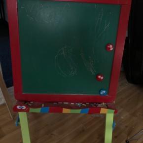 Tegne tavle. Ca 1 meter høj. Kan foldes sammen. Tavle på den ene side, whiteboard og papirrulle på den anden side.