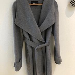 Lækker frakke i meget blød uld fra Gil Bret, bælte til livet, 2 knapper.