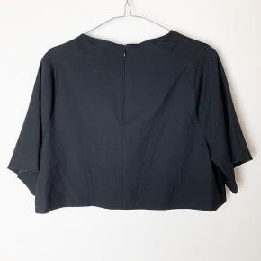 Kort bluse. Måler 40 cm fra nakkesøm og ned.