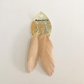 Super fine fjer-øreringe i en nude/beige farve 💫✨ Har aldrig brugt dem så de står som nye. Kan afhentes på Amagerbro, betaling skal gerne ske igennem MobilePay 📱 👗👚Se også mine andre annoncer 👖👕