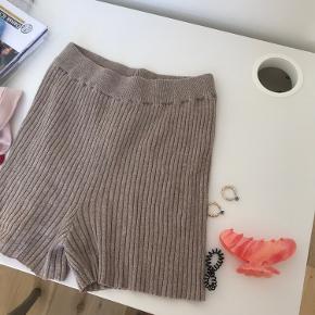 Super fine ribshorts i lysebrun/beige. Minder lidt on Jacquemus' ikoniske arancia shorts. Sælger kun til en god pris, da jeg er lidt usikker på om jeg bør sælge dem:)
