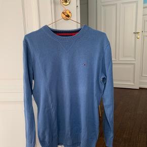 Tommy Hilfiger pullover i bomuld med broderet logo på brystet. Ingen pletter eller tegn på slid.   Tommy Hilfiger bluse Blå trøje Blå bluse  Blå Tommy Hilfiger  Pullover