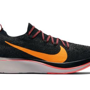 Nike Zoom Fly FK løbesko. En meget let og lækker løbesko. Jeg har købt dem for 1.300 kr. og løbet i dem 1 eneste gang, men de passer desværre ikke til min fod. Sælges derfor for 600 kr. Kan afhentes i Århus C. eller sendes med Dao for 40 kr.