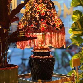 En fantastisk laber vintage sag 😍😎🖤🌺🌼 Lampe i keramik med snoet og glaseret lampefod og en virkelig flot vintage lampeskærm i sort med blomster og lyserøde frynser 🤩 Kr. 550.- H45 inkl skærm. Obs: denne sendes ikke. #bordlampe #lampe #vintage #personligindretning
