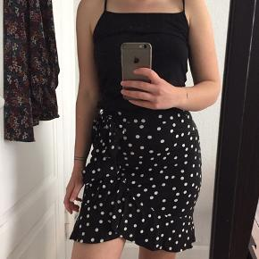 Fin sommerlig nederdel fra ASOS. Elastik i taljen, så den sidder behageligt til. Mistet lidt farve pga. vask.  Afhentes på Nørrebro, eller sendes på købers regning.