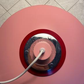 SÅ fin lampe i en flot lyserød farve. Sælges udelukkende da den desværre ikke passede så godt ind i mit hjem