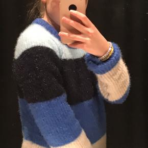 Trøjen fra vero moda er god stand, ingen skader❤️ Mega fin, sælger fordi jeg ikke får den brugt Byd
