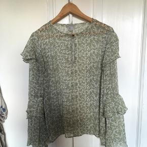 Sommerlig trøje med sødt mønster 💫 str er i mærket 44 men jeg er en medium/small