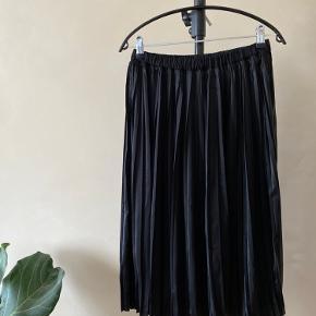 Nr 97  En fin plisseret nederdel fra Moss Copenhagen. Materialet er 100% Polyester. Farven er sort.  Byd endelig - og husk at tjekke mine andre annoncer igennem 😉  Vi kan mødes og handle i København ellers sendes varen med DAO på købers regning 🕊