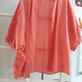 Sød skjorte med 3/4 ærme.Skjorten har rynkeeffekt i siden. Meget lidt brugt. 100 % bomuld. Mærke ZbyZ