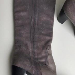I fin stand. Skind støvler Hælhøjde 8 cm Knæhøjde støvler Chik og kvalitet læder støvler fra Nome