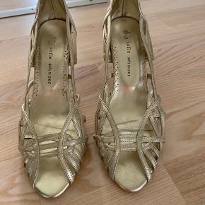 Super fin sko i farven guld, aldrig brugt.  Køber betaler forsendelsen.