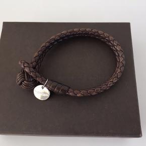 Bottega Veneta Intrecciato nappa armbånd. Størrelse M.  Æske og original købskvittering medfølger i handlen.