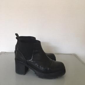 Der er brugsspor i læderet, men ikke noget, der ikke gør dem brugbare. De er jævnligt blevet pudset og givet fedt. Passer en str 37. Stadig i god kvalitet. Sælges billigt, da jeg ikke får dem brugt.