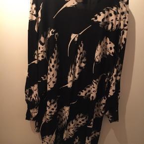 #30dayssellout Handberg tunika str. 2XL eller 50 Tunika i sort med off White mønster.Den er stor i størrelsen. Brystmål 144 cm Ærmerne kan gøres kortere med strop.