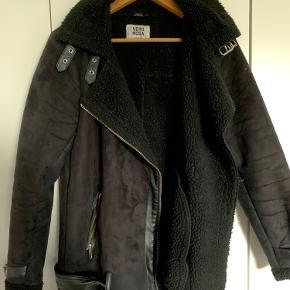 Fed jakke der minder om Acne Studios Velocite jakke. Fed biker agtig med (fake) læder detaljer og spænder, og foer af (fake) rulam. Så fed på!   3 for 2 på alt på profilen!  (Den billigste er gratis)