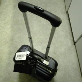 Helt ny Bon Gout kuffert, med toilettaske nypris 1199,00 kr, sælges under halv pris da jeg ikke får brug for den. Godkendt mål for håndbagage. Letløbs hjul (4 stk.) og kodelås. Skriv for yderligere info.  Mål: 41,5 X 21,5 X 54 cm.