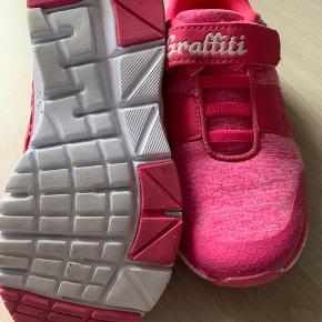 Helt nye sneakers. Superfine med elastik og velcro.  Sendes hvis modtager betaler.