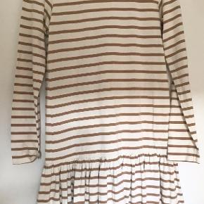 Sød kjole fra Ganni. Den er i perfekt stand og er ikke blevet brugt. Kommer fra røgfrit hjem. Prisen er til forhandling ved hurtig handel. Sender gerne.