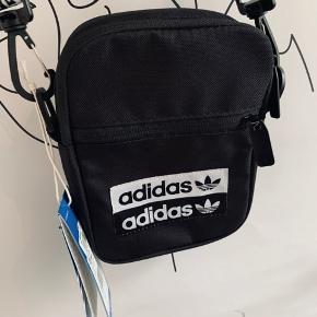 Adidas bag taske  Sælges da jeg aldrig kommer til og bruge den,  Pris sidder stadig på