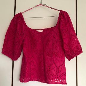 Sej skrig-pink top med smukt hals udsnit, standen er helt som ny, da jeg aldrig har brugt den.