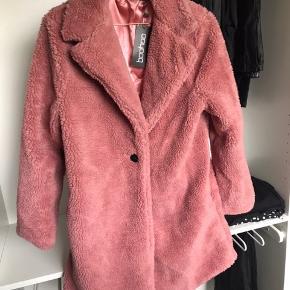 Helt ny plys-jakke fra boohoo. Nypris 350,- str. M (38). Sælges da den er for stor. Byd gerne