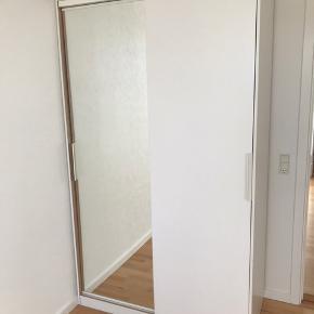 IKEA Garderobe skab (model udgået) med skydelåger og spejl.  4 hylder og 2 bøjlestænger inkluderet. Lille skramme på bagside i nederste hjørne (skriv for billede).   H: 205,5 cm. B: 120,5 cm. D: 58 cm.  Skal afhentes i Nørresundby.