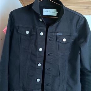 Sort Calvin Klein jeansjakke sælges. Brugt 2 gange. Str small. Fremstår som ny.
