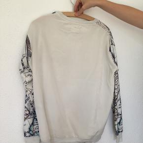 Lækker sweatshirt fra Selected Femme. Passer både str. XS og S. Køber betaler fragt.