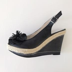 Sandaler med kilehæl fra Mary B. Brugt meget få gange Nypris 600 kr