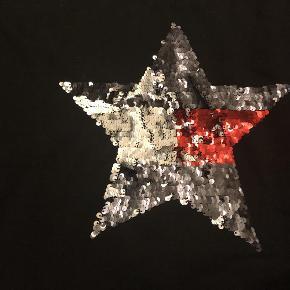 Varetype: Bluse med pailletter Størrelse: 176 Farve: Sort Oprindelig købspris: 700kr  Rigtig fin bluse i i tyk Sweat kvalitet. Stjerne af pailietter...., brugt 2 gange så er næsten som ny,