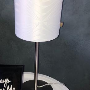 Sælger 2 fine Georg Jensen bordlamperne i hvid, de fejler intet og virker helt som de skal - prisen er for begge lamperne og de sælges KUN samlet 😄