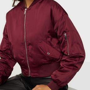 Bordeeaux rød bomber jacket (vatteret) fra H&M. Passer en str. S/M, jakken er lidt oversized. Brugt meget få gange