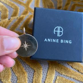 Det smukke guldvedhæng er 14k guld med en diamant. Brugt ganske få gange. Ligger stadig til fuld pris 9700kr på Anine Bings hjemmeside.