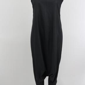 Dean & Penn buksedragt / jumpsuit i sort, glat, silkeagtigt stof.  Med baggy skridt / hængerøv og guldlynlås på ryggen.  SÅ FLOT til høje hæle.   Str. S/M.