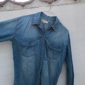 Cowboyskjorte / blå fra Moss Copenhagen. Stort set aldrig brugt og har derfor ingen tegn på slid  Str s   #Secondchancesummer