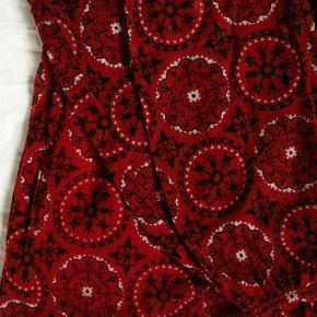 Supersmuk bluse med transparente ærmer.  Størrelsesangivelsen er klippet ud.  Brystmål ca. 2x51 Længde fra skulderen og ned ca. 70  Jeg tager desværre ikke billeder med tøjet på 