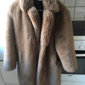 Lækker blød frakke, syning gået op indeni jakken. Pelsen er i rigtigt god stand (faux fur!)