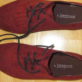 Fine sko i herrestil med frynser foran. Kunstskind a la nubuck. Snørerne er sorte, billederne snyder.  Normal str. 40, indvendigt mål ca. 25,5 cm.  JEG BETALER FORSENDELSEN!  Snøresko i herrestil Farve: Mørk rød/ bordeaux