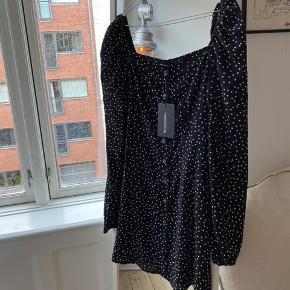 Fin kjole fra Prettylittlething🤍  Den skær lige over ved brystet og har en lille smuk puf ved ærmerne 🖤  Bud ønskes